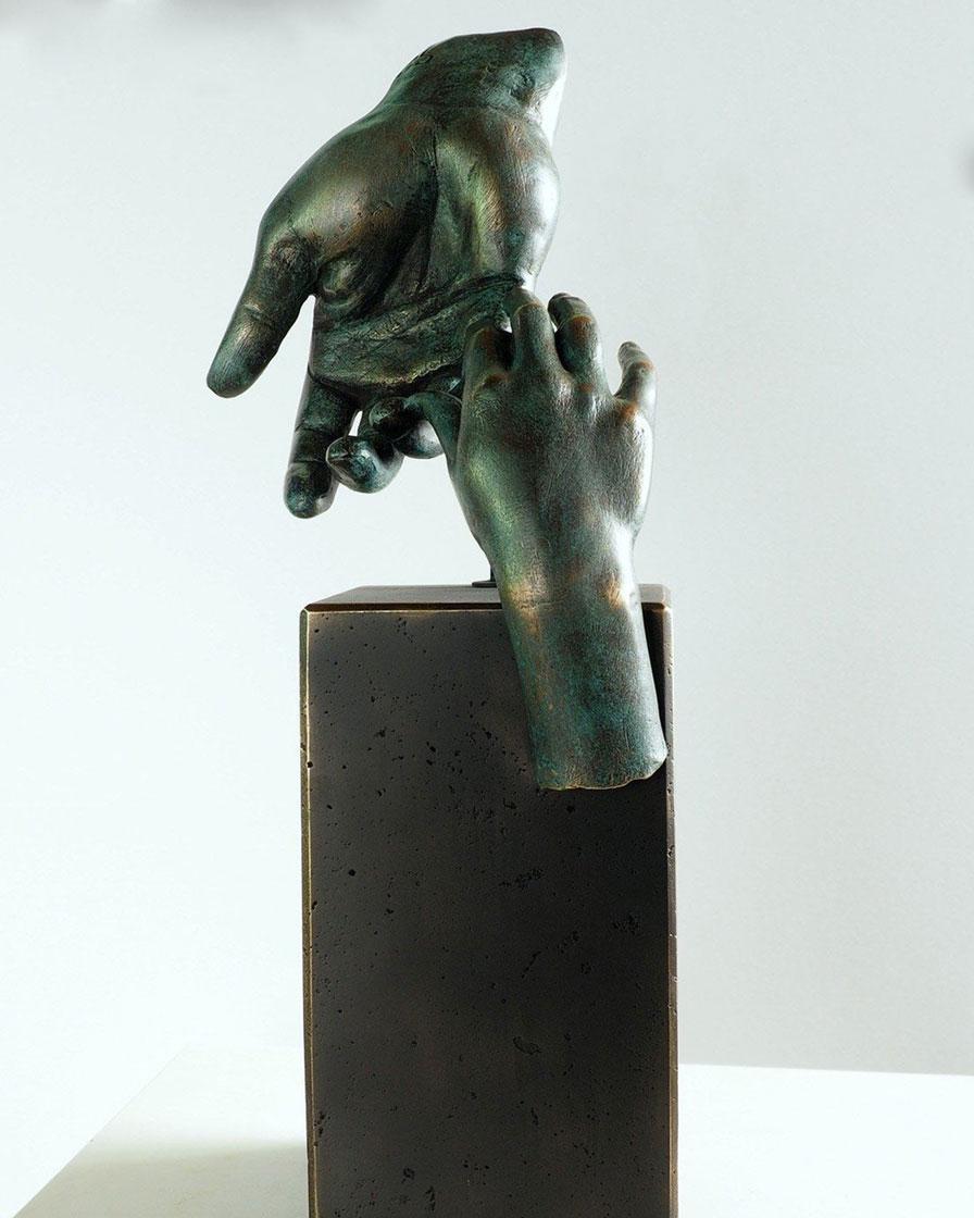 La mano del padre en bronce 2