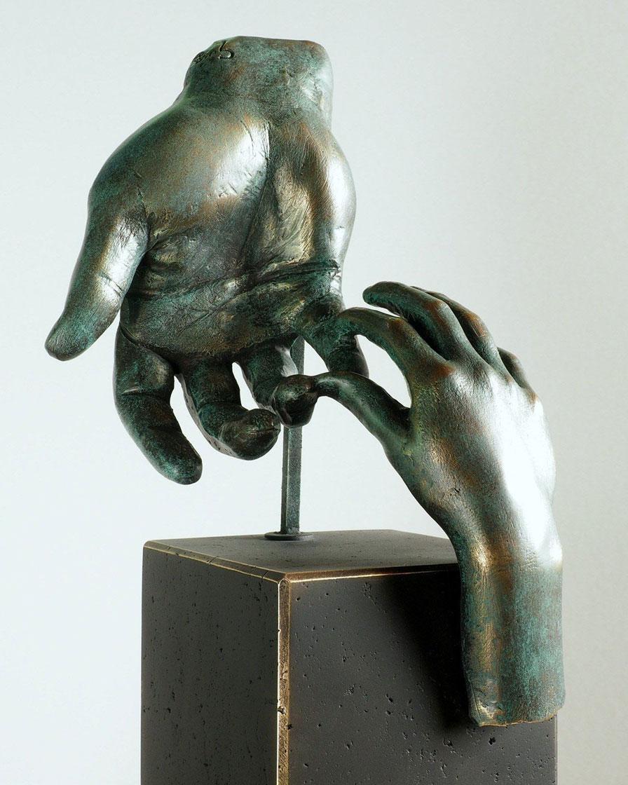 La mano del padre en bronce 3