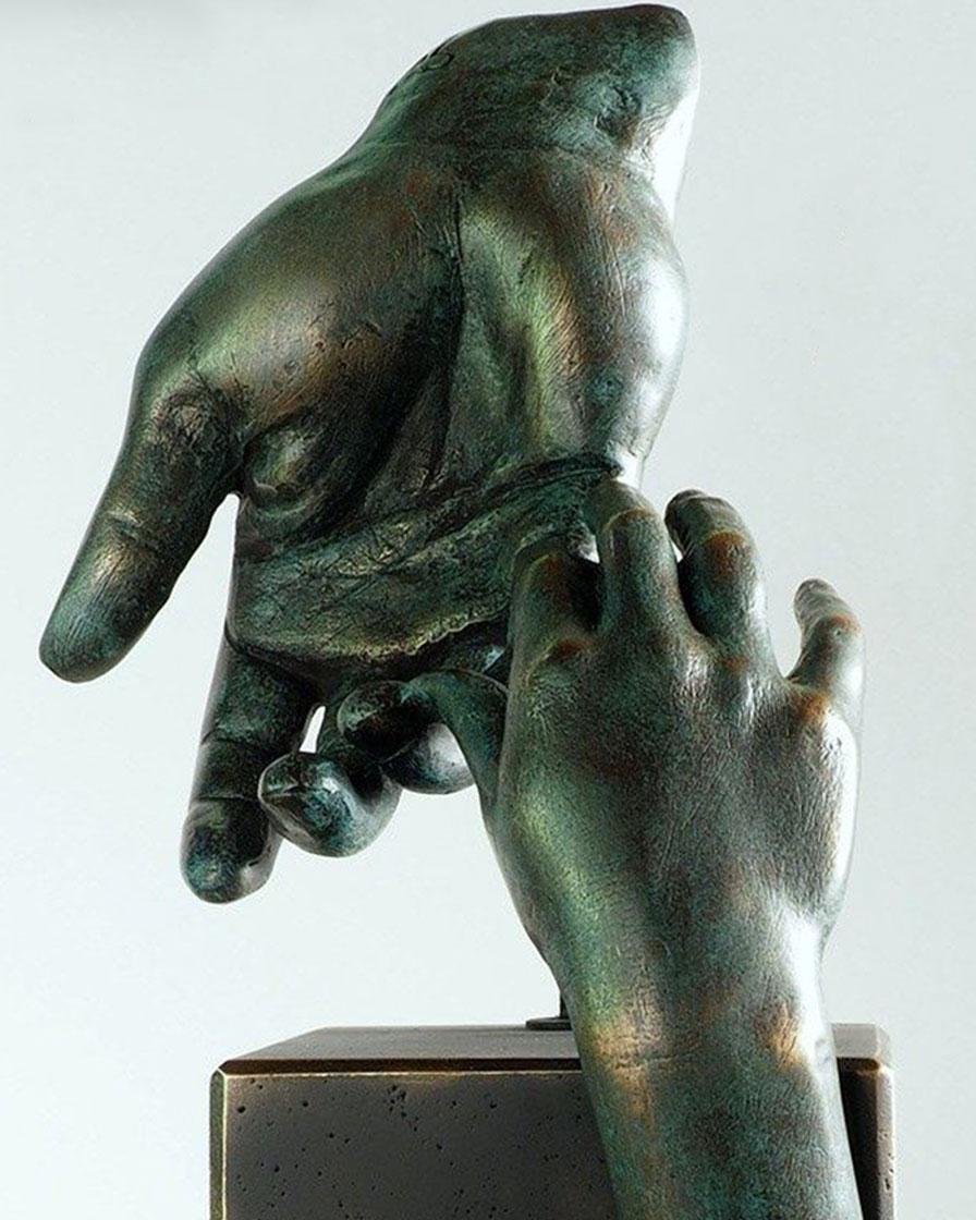 La mano del padre en bronce 4