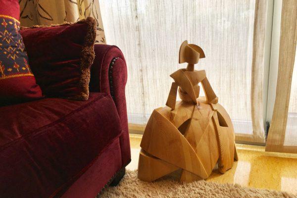 menina-madera-miguel-guia-al-lado-de-sofa-2